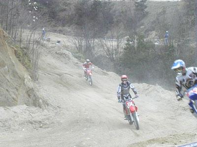 すぐ目の前でカーブして、砂が舞い上がる